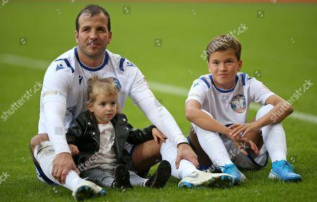 13.10..2019, Football Abschiedsspiel Rafael van Vaart, Rafa's HSV Stars - Rafa's All Stars Volksparkstadium Hamburg. Rafael van Vaart (L) and son Damian (R) and Toechterchen Jesslynn (C)