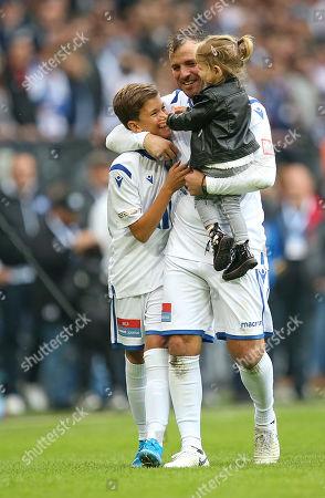 Stock Picture of 13.10..2019, Football Abschiedsspiel Rafael van Vaart, Rafa's HSV Stars - Rafa's All Stars Volksparkstadium Hamburg. Rafael van Vaart (C) dreht Ehrenround and son Damian (L) and Toechterchen Jesslynn (R)