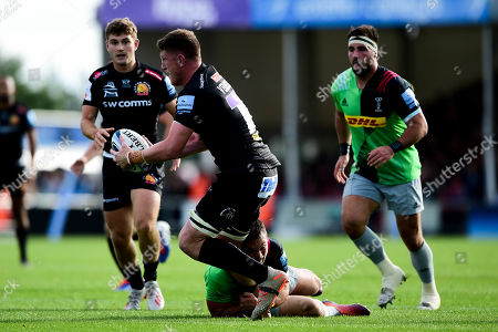 Jacques Vermeulen of Exeter Chiefs is challenged by Scott Baldwin of Harlequins