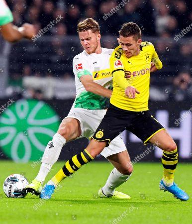 Moenchengladbach's Nico Elvedi (L) in action against Dortmund's Thorgan Hazard (R) during the German Bundesliga soccer match between Borussia Dortmund and Borussia Moenchengladbach in Dortmund, Germany, 19 October 2019.