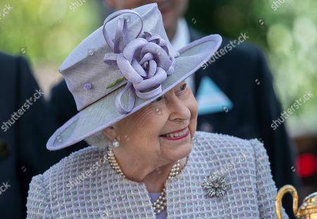 Queen Elizabeth II at the presentation of theQueen Elizabeth II Stakes.