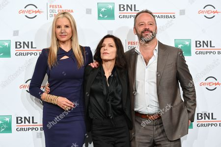 The director Melora Walters and the cast with Mira Sorvino, Gil Bellows