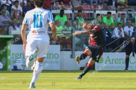 Cagliari's Radja Nainggolan (R) scores the 1-0 lead during the Italian Serie A soccer match between Cagliari Calcio and S.P.A.L at Sardegna Arena stadium in Cagliari, Italy, 20 October 2019.