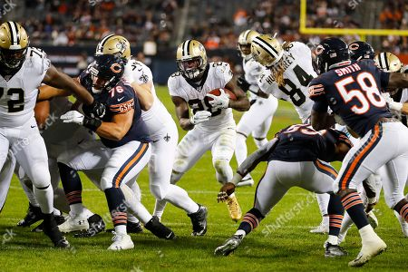 New Orleans Saints running back Latavius Murray (28) runs in for a touchdown between Chicago Bears defensive tackle Abdullah Anderson (76) and inside linebacker Danny Trevathan (59) during the second half of an NFL football game in Chicago