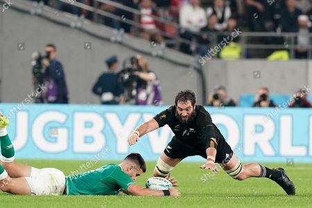 New Zealand's second row Samuel Whitelock jumps on the ball