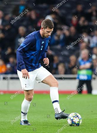 Jan Vertonghen of Tottenham Hotspur warms up