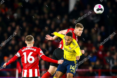Jack O'Connell of Sheffield United beats Pierre-Emerick Aubameyang of Arsenal to a header