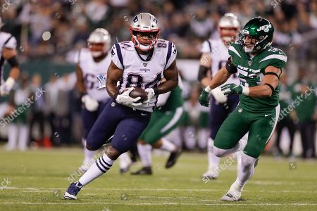 New England Patriots tight end Benjamin Watson (84) runs away from New York Jets' Blake Cashman (53) during the first half of an NFL football game against the New York Jets, in East Rutherford, N.J