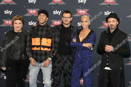 Alessandro Cattelan at the center with Coach Mara Maionchi, Sfera Ebbasta, Malika Ayane and Samuel