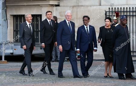 US former Prisident Bill Clinton (C) arrives at the Saint-Sulpice church