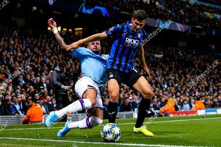 Kyle Walker of Manchester City tackles Remo Freuler of Atalanta