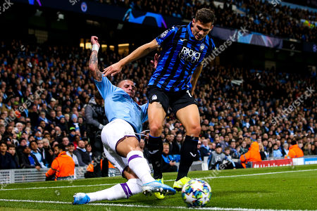 Remo Freuler of Atalanta is tackled by Kyle Walker of Manchester City