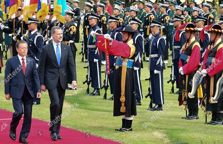 South Korean President Moon Jae-in (2-L) and King Felipe VI of Spain (R) inspect an honor guard at the presidential office in Seoul, South Korea, 23 October 2019. King Felipe VI and Queen Letizia of Spain arrived in South Korea for a two-day visit to develop the bilateral relationship between the two nations.
