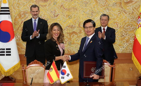 King Felipe VI of Spain (L) and South Korean President Moon Jaei-in (R) applaud as Kwon Pyung-oh (C-R), head of the Korea Trade-Investment Promotion Agency, and his Spanish counterpart shake hands after signing an agreement on bilateral trade cooperation at the presidential office in Seoul, South Korea, 23 October 2019.