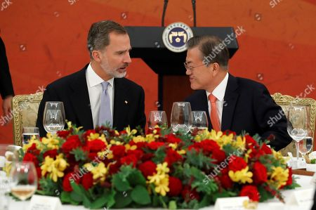 King Felipe VI of Spain (L) and South Korean President Moon Jae-in (R), chat during the official dinner hosted by Moon Jae-in in Seoul, South Korea, 23 October 2019. King Felipe VI and Queen Letizia of Spain visit officially South Korea for the first time on a two-day visit to develop the bilateral relationship between the two nations.