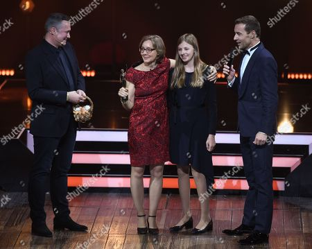 Cook Alexander Herrmann, Laureate Corinna Hoelzer with her niece Elsa and TV-Presenter Kai Pflaume during the 'Goldene Bild der Frau' ('Golden picture of the woman') awarding ceremony in Hamburg, northern Germany, 23 October 2019. The 'Goldene Bild der Frau' is awarded to women in voluntary positions.