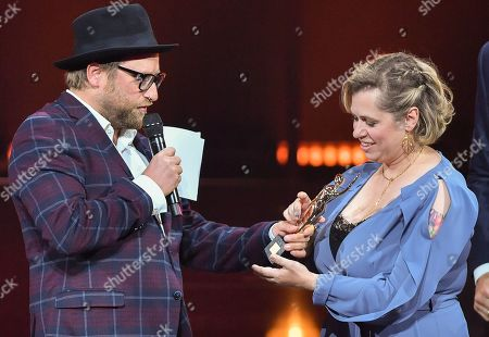 Gregor Meyle with Laureate Andrea Voss (R) during the 'Goldene Bild der Frau' ('Golden picture of the woman') awarding ceremony in Hamburg, northern Germany, 23 October 2019. The 'Goldene Bild der Frau' is awarded to women in voluntary positions.