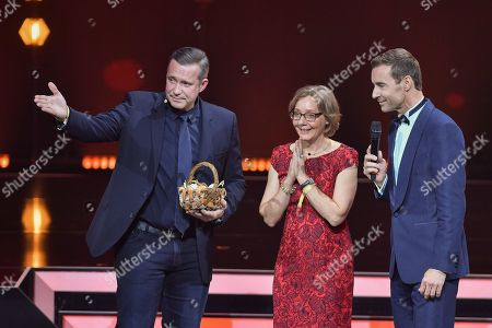 Cook Alexander Herrmann with Laureate Corinna Hoelzer and TV-Presenter Kai Pflaume during the 'Goldene Bild der Frau' ('Golden picture of the woman') awarding ceremony in Hamburg, northern Germany, 23 October 2019. The 'Goldene Bild der Frau' is awarded to women in voluntary positions.