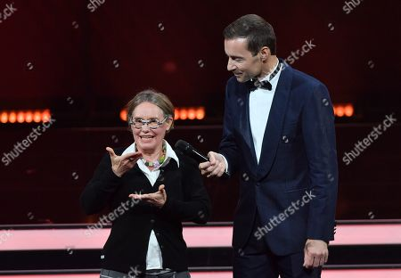 Laureate Ines Helke and TV-Presenter Kai Pflaume during the 'Goldene Bild der Frau' ('Golden picture of the woman') awarding ceremony in Hamburg, northern Germany, 23 October 2019. The 'Goldene Bild der Frau' is awarded to women in voluntary positions.