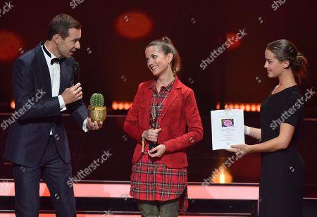 TV-Presenter Kai Pflaume and Laureate Isabel Peter (C) during the 'Goldene Bild der Frau' ('Golden picture of the woman') awarding ceremony in Hamburg, northern Germany, 23 October 2019. The 'Goldene Bild der Frau' is awarded to women in voluntary positions.