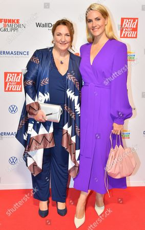 Laureate Jacqueline Flory (L0 of the Zeitschule e.V. Munich and TV presenter Judith Rakers (R) attend the 'Goldene Bild der Frau' awards ceremony in Hamburg, Germany, 23 October 2019. The prizes are awarded to women in voluntary positions.
