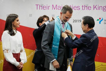 King Felipe VI, Queen Letizia. Spain's King Felipe VI receives a medal of the honorary citizenship from Seoul Mayor Park Won-soon, right, during a ceremony as his wife Queen Letizia watches at the Seoul City Hall in Seoul, . Felipe VI arrived on Wednesday for a two-day visit to meet with South Korean President Moon Jae-in