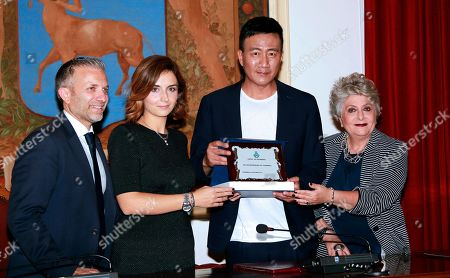 Hu Jun with Lucia Gaberscek president of the Taormina council, with Alessandra Caltabiano vice president and with Giuseppe Giorgianni Italian organizer at the joint presentation