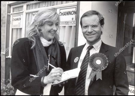 Baron Archer. 1987 Jeffrey Archer Meets The People In Leigh On Sea Seen Here With Journalist Sara Barrett. Pkt 1476 - 058255