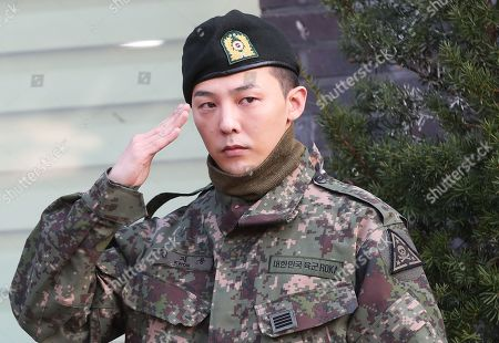 G-Dragon, a member of South Korean boy band BIGBANG, salutes after being discharged from military service at a military base in Yongin, South Korea, 26 October 2019.