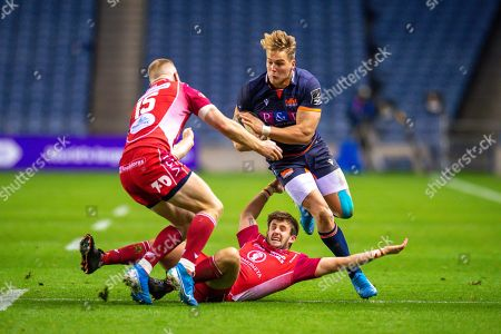 Duhan van der Merwe (#11) of Edinburgh Rugby runs at Dan Jones (#10) of Scarlets and Johnny McNicholl (#15) of Scarlets during the Guinness Pro 14 2019_20 match between Edinburgh Rugby and Scarlets at BT Murrayfield Stadium, Edinburgh