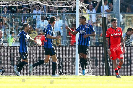 Atalanta's Luis Muriel (2-R) celebrates with teammates after scoring the 2-1 lead from the penalty spot during the Italian Serie A soccer match between Atalanta Bergamo and Udinese Calcio at the Atleti Azzurri dItalia stadium in Bergamo, Italy, 27 October 2019.