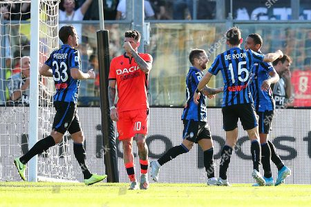 Atalanta's Luis Muriel (R) celebrates with teammates after scoring the 2-1 lead from the penalty spot during the Italian Serie A soccer match between Atalanta Bergamo and Udinese Calcio at the Atleti Azzurri dItalia stadium in Bergamo, Italy, 27 October 2019.