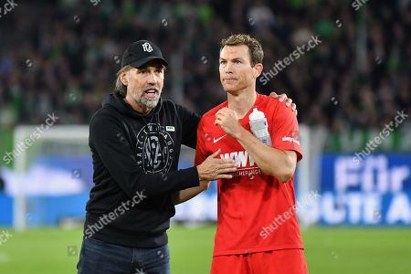 l-r: Chef-Trainer Martin Schmidt (FC Augsburg) and Stephan Lichtsteiner #2 (FC Augsburg)    , VfL Wolfsburg vs. FC Augsburg, Football, 1.Bundesliga, 27.10.2019, DFL REGULATIONS PROHIBIT ANY USE OF PHOTOGRAPHS AS IMAGE SEQUENCES AND/OR QUASI-VIDEO