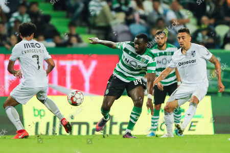 Sporting's Yannick Bolasie (C) in action against Vitoria de Guimaraes's Lucas Evangelista (L) and Davidson (R) during the Portuguese First League soccer match Sporting vs Vitoria de Guimaraes held at Alvalade Stadium, Lisbon, Portugal, 27 October 2019.