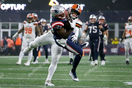 New England Patriots tight end Benjamin Watson catches a pass in front of Cleveland Browns linebacker Mack Wilson in the second half of an NFL football game, in Foxborough, Mass