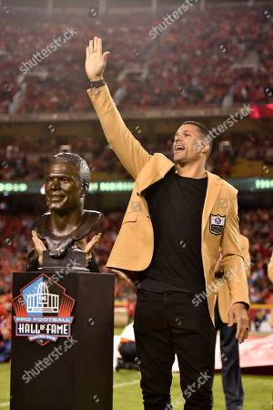 Kansas City Chiefs' former tight Tony Gonzalez waves after he was inducted in the Chiefs' Hall of Fame, during a ceremony at halftime of an NFL football game between the Kansas City Chiefs and the Green Bay Packers in Kansas City, Mo