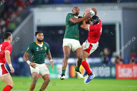 Makazole Mapimpi of South Africa and Leigh Halfpenny of Wales