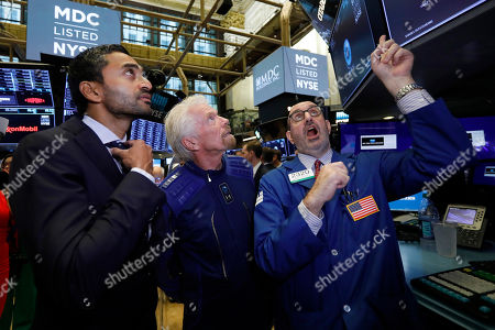 Chamath Palihapitiya, Richard Branson, Peter Giacchi. Chamath Palihapitiya, left, founder of Social Capital Hedosophiaon, and Sir Richard Branson, center, founder of Virgin Galactic, meet with specialist Peter Giacchi at his post on the floor of the New York Stock Exchange