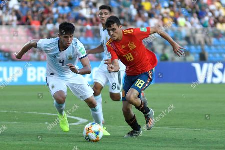 Pedri Gonzalez (R) of Spain vies for the ball with Kevin Lomonaco of Argentina during their World Cup Brazil 2019 U-17 between Spain and Argentina, at Kleber Andrade stadium in Vitoria, Brazil, 28 October 2019.