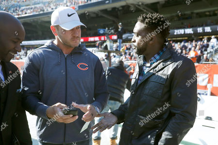 """A.J. Klein. NFL Hall of Famer Brian Urlacher, left, talks with former teammate Charles """"Peanut"""" Tillman before an NFL football game between the Chicago Bears and the Los Angeles Chargers, in Chicago"""