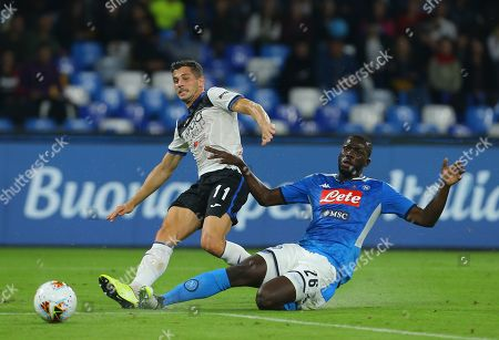 Atalanta's Swiss midfielder Remo Freuler (L) scores as fighting with Napoli's Senegalese defender Kalidou Koulibaly