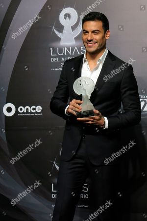 Mexican singer Carlos Rivera poses with his Best Ballad award at the Lunas del Auditorio award show at the Mexico National Auditorium in Mexico City