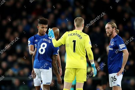 Everton goalkeeper Jordan Pickford speaks with Mason Holgate, Fabian Delph and Tom Davies