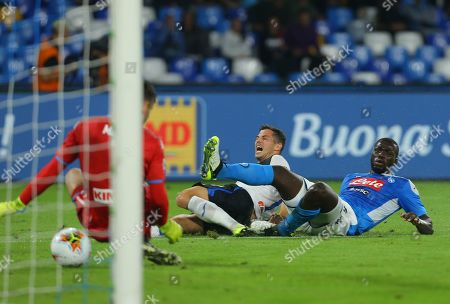 Atalanta's Swiss midfielder Remo Freuler (L) scores after fighting with Napoli's Senegalese defender Kalidou Koulibaly