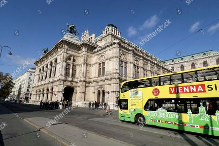 Stock Image of A bus drives past the Austrian State Opera in Vienna, Austria, where Placido Domingo will perform 'Macbeth' an opera by Italian composer Giuseppe Verdi on Friday