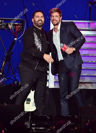 Enrique Santos and William Levy on stage