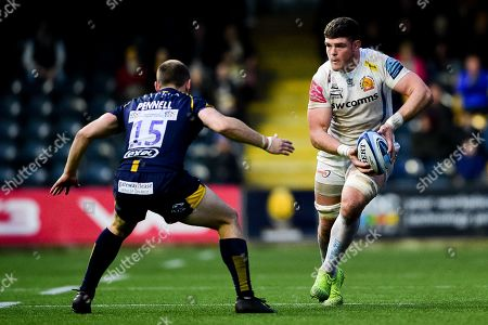 Dave Ewers of Exeter Chiefs is marked by Chris Pennell of Worcester Warriors