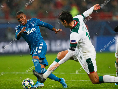 Douglas Costa (L) of Juventus scores the 2-1 lead against Vedran Corluka (R) of Lokomotiv Moscow during the UEFA Champions League group D soccer match between Lokomotiv Moscow and Juventus FC in Moscow, Russia, 06 November 2019.