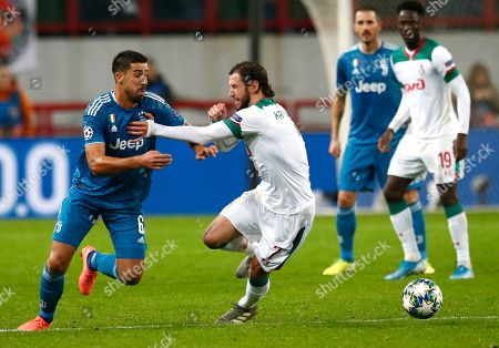 Juventus' Sami Khedira, left, fights for the ball with Lokomotiv's Grzegorz Krychowiak during the Champions League Group D soccer match between Lokomotiv Moscow and Juventus at the Lokomotiv Stadium in Moscow, Russia