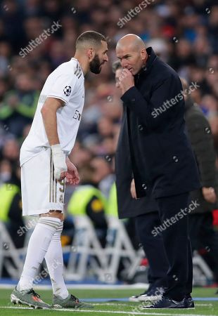 Real Madrid's head coach Zinedine Zidane, right, speaks with Karim Benzema during a Champions League group A soccer match between Real Madrid and Galatasaray at the Santiago Bernabeu stadium in Madrid, Spain